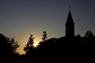 神戸フルーツフラワーパーク,夕焼けと教会の写真素材 [FYI04608315]