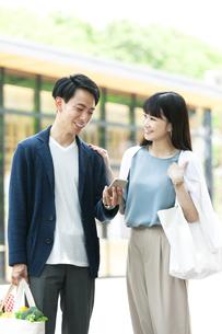 ショッピングしている若い夫婦の写真素材 [FYI04608371]