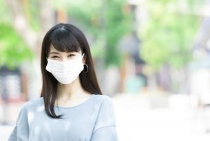 マスクをしている女性の写真素材 [FYI04608379]