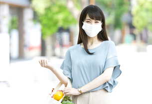 マスクをして買い物する女性の写真素材 [FYI04608381]