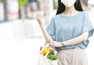 マスクをして買い物する女性の写真素材 [FYI04608385]