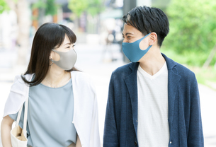 マスクをしている男性と女性の写真素材 [FYI04608387]
