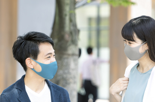 マスクをしている男性と女性の写真素材 [FYI04608391]