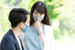 マスクをしている男性と女性の写真素材 [FYI04608393]