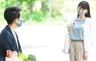 マスクをして買い物する男性と女性の写真素材 [FYI04608402]
