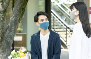 マスクをして買い物する男性と女性の写真素材 [FYI04608409]