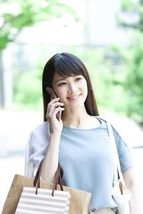 電話をする女性の写真素材 [FYI04608445]