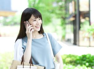 電話をする女性の写真素材 [FYI04608447]