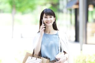 電話をする女性の写真素材 [FYI04608448]