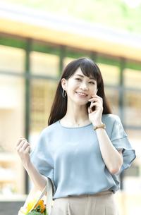 電話をする女性の写真素材 [FYI04608452]