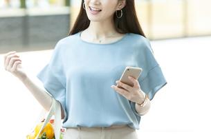スマートフォンを持つ女性の写真素材 [FYI04608455]