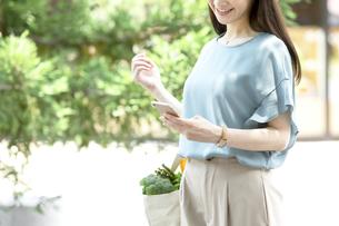 スマートフォンを持つ女性の写真素材 [FYI04608456]