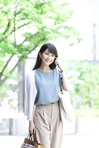 買い物をする笑顔の女性の写真素材 [FYI04608457]