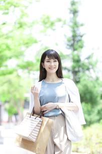 買い物をする笑顔の女性の写真素材 [FYI04608460]