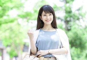 買い物をする笑顔の女性の写真素材 [FYI04608461]