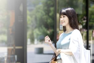 買い物をする笑顔の女性の写真素材 [FYI04608463]