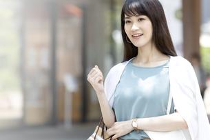 買い物をする笑顔の女性の写真素材 [FYI04608464]