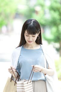買い物をする女性の写真素材 [FYI04608465]