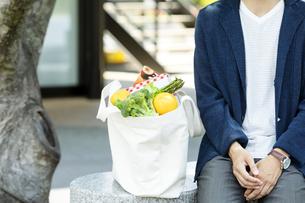 エコバッグを置いて休憩をする男性の写真素材 [FYI04608468]