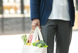 エコバッグを持つ男性の手元の写真素材 [FYI04608469]