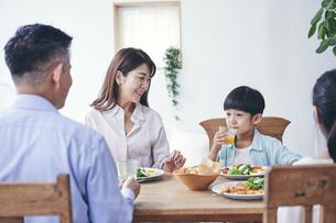 ダイニングで食事をする家族の写真素材 [FYI04608473]