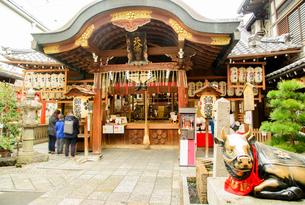 関西の神社仏閣 京都市 小雨の錦天満宮の写真素材 [FYI04608515]