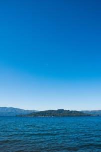 青い静かな湖と青空の写真素材 [FYI04608554]