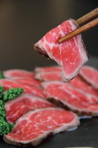 牛タタキ箸上げのアップの写真素材 [FYI04608725]