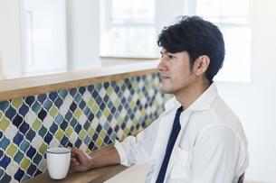 マグカップを持った男性の写真素材 [FYI04608998]