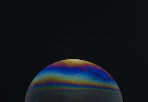 いろんな色のしゃぼん玉の膜のクローズアップの写真素材 [FYI04609551]