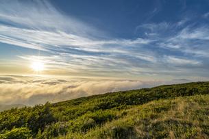山形 月山八合目からの夕日の写真素材 [FYI04609585]