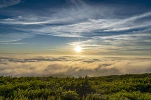 山形 月山八合目からの夕日の写真素材 [FYI04609586]