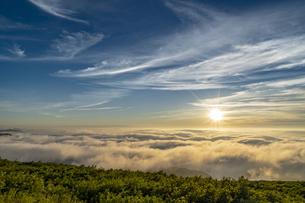 山形 月山八合目からの夕日の写真素材 [FYI04609587]