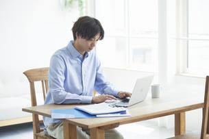 ノートパソコンを見る男性の写真素材 [FYI04609627]