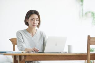 ノートパソコンを見る女性の写真素材 [FYI04609643]