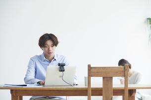 ノートパソコンを見る男性と女性の写真素材 [FYI04609649]
