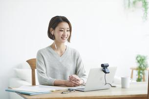 ノートパソコンを見る女性の写真素材 [FYI04609650]