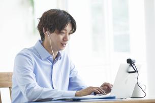 ノートパソコンを見る男性の写真素材 [FYI04609652]