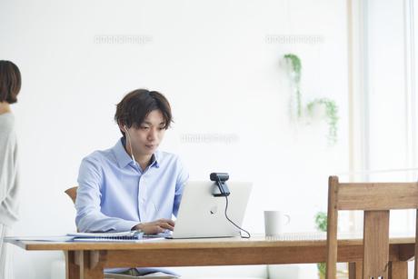 ノートパソコンを見る男性と女性の写真素材 [FYI04609662]
