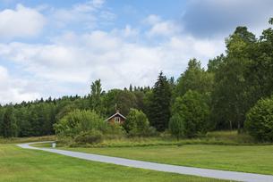 森林に囲まれて建つ赤い家の写真素材 [FYI04609712]