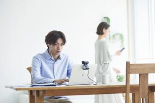 ノートパソコンを見る若い男性と女性の写真素材 [FYI04609770]