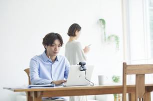 ノートパソコンを見る若い男性と女性の写真素材 [FYI04609771]