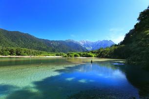 夏の上高地 穂高連峰と大正池にカモの写真素材 [FYI04609832]