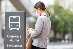 バス停でバスを待つ女性の写真素材 [FYI04609865]