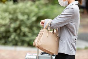 街で待ち合わせをする女性の写真素材 [FYI04609869]