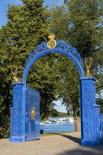 スウェーデン、ストックホルム、ユールゴーデン島にある青い門の写真素材 [FYI04609907]