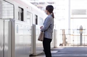 マスク姿で電車通勤をする女性の写真素材 [FYI04609931]