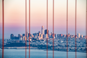 ゴールデンゲートブリッジ越しのサンフランシスコ市内の写真素材 [FYI04610245]