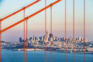 ゴールデンゲートブリッジ越しのサンフランシスコ市内の写真素材 [FYI04610248]