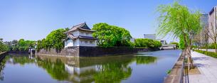 皇居の巽櫓(たつみやぐら)と丸ノ内や大手町のビル群が桔梗濠(ききょうほり)に映える景観の写真素材 [FYI04610354]